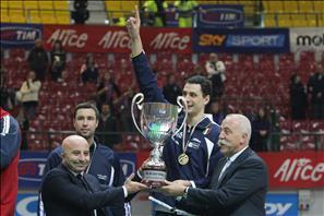 Capitan Kaziyski riceve il trofeo del TIM All Star Volley